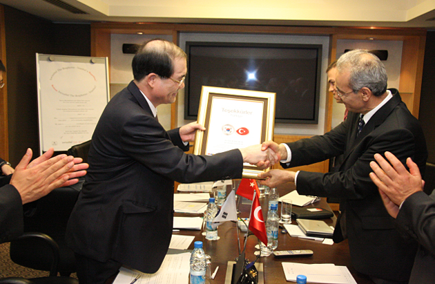Chairperson Chung Ho Yul, shaking hands with Chairperson Nurettin Kaldirimci of the Turkish Competition Authority at the Korea-Turkey Bilateral Consultation Meeting