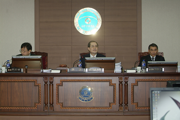 Chairperson Chung Ho Yul presiding over the Plenary Session on unlawful concerted acts by 6 LPG suppliers
